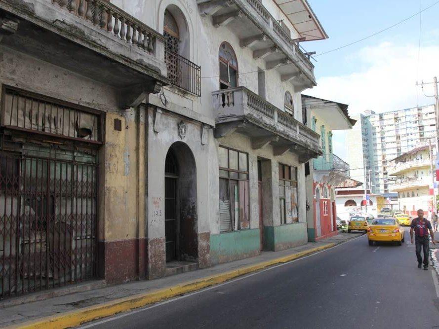 Straat in Panama Stad in Panama met gele taxi