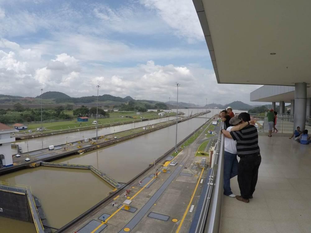 Mensen boven sluizen Panamakanaal in Panama