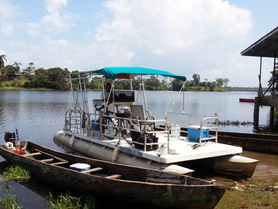 Veerboot op rivier in Panama