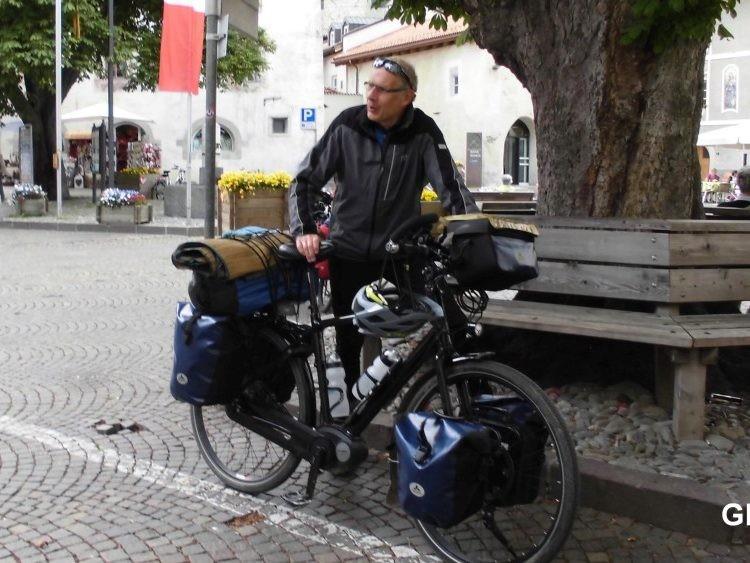 Medewerker Jürg op bepakte vakantiefiets in Glurns