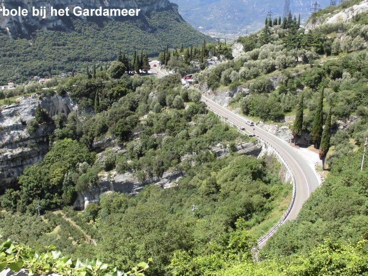 Uitzicht over berglandschap met bergweg nabij Torbole bij het Gardameer
