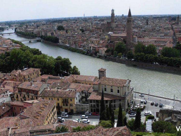 Uitzicht over de stad Verona met rivier