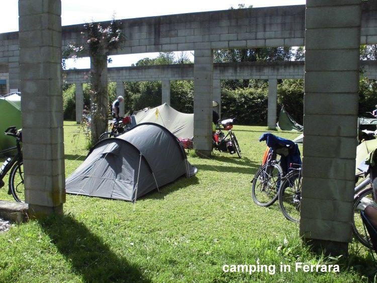 Camping met tenten en fietsen in Ferrara