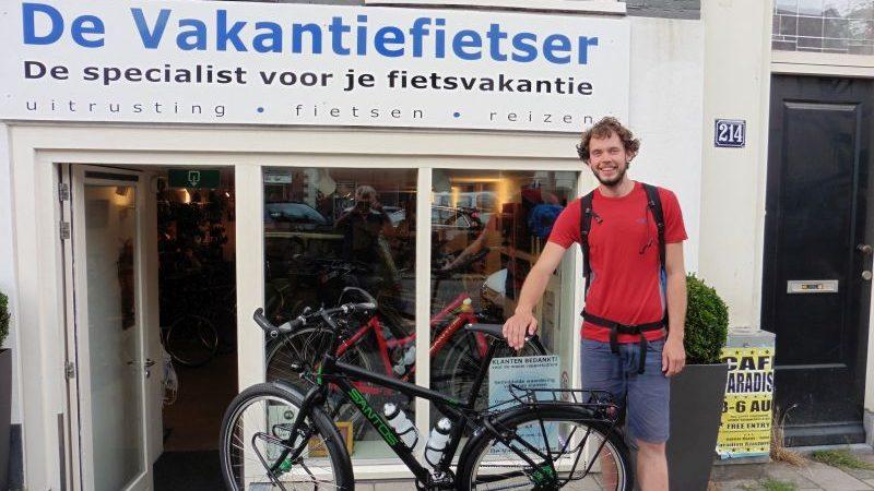 Wouter poseert met een Santos 4.29, gekocht bij de Vakantiefietser