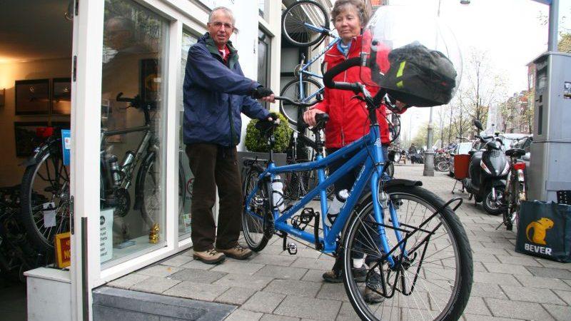 Annemarie poseert met een Santos Double Travel, gekocht bij De Vakantiefietser