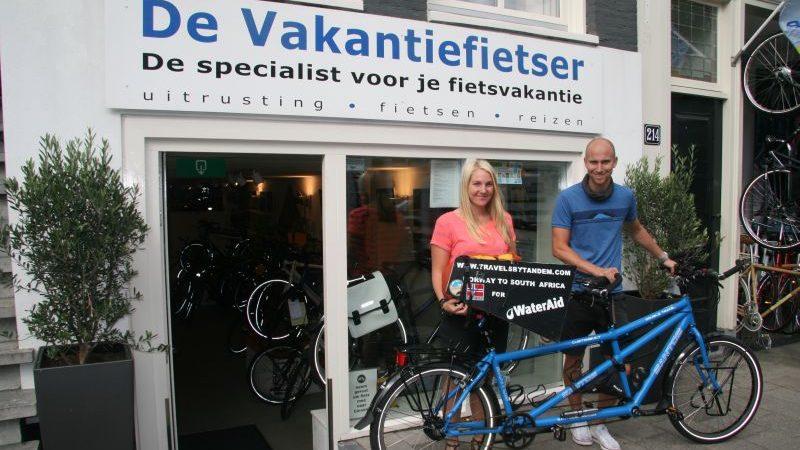 Suzan en Rasmus poseren met een Santos Double Travel, gekocht bij De Vakantiefietser