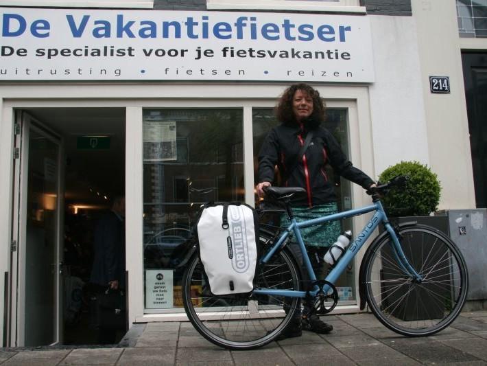 Anja poseert met een Santos, gekocht bij De Vakantiefietser