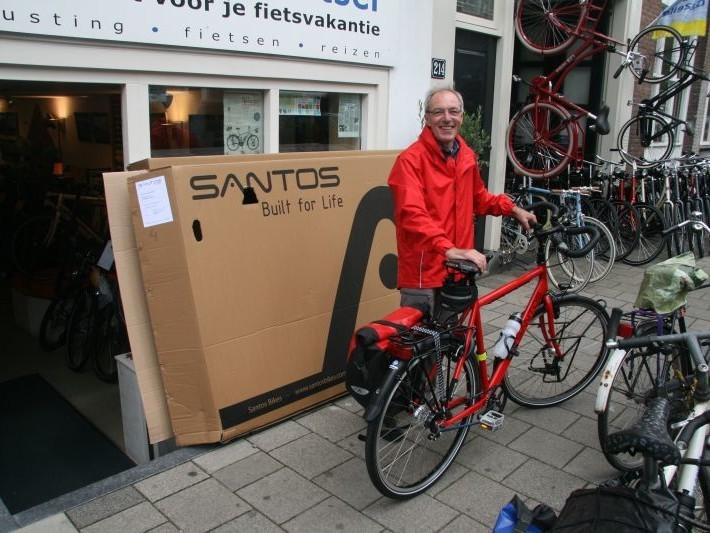 Frans poseert met een Santos, gekocht bij De Vakantiefietser