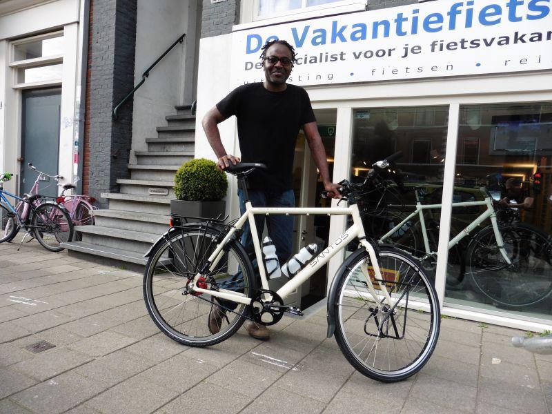 Siji poseert met een Santos, gekocht bij De Vakantiefietser