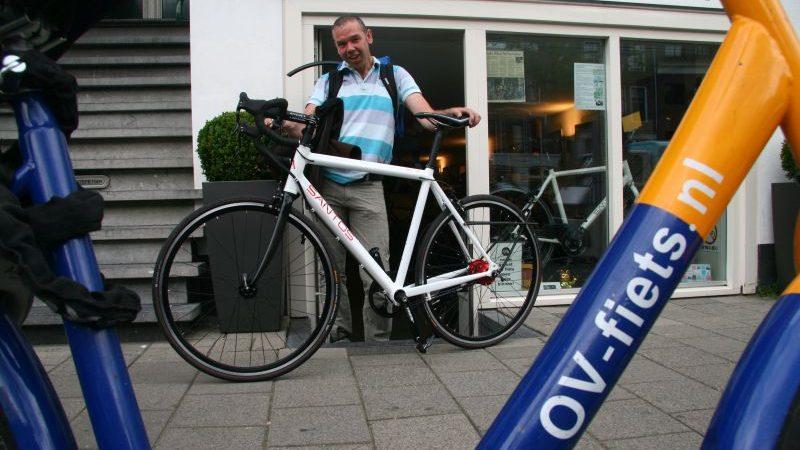 Adwin poseert met een Santos Race Lite, gekocht bij de Vakantiefietser