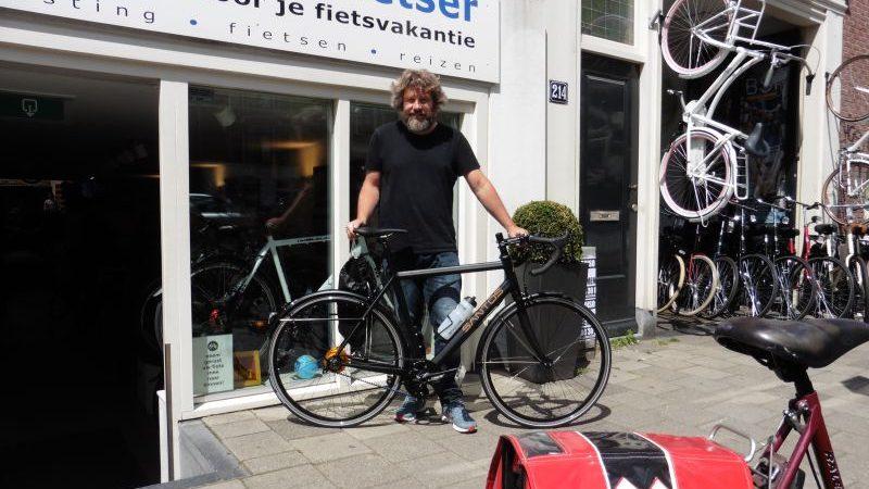 Iwan poseert met een Santos Race Lite, gekocht bij De Vakantiefietser