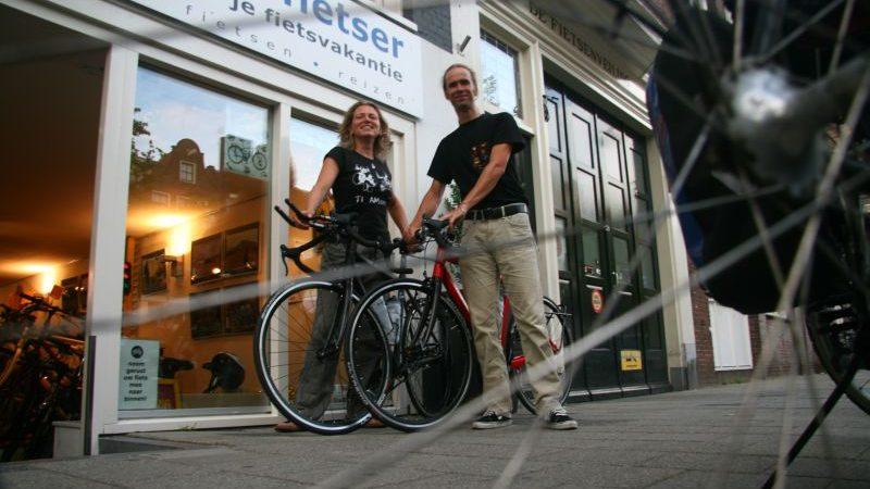 Dennis en Marijcke poseren met een Santos Race Lite, gekocht bij De Vakantiefietser