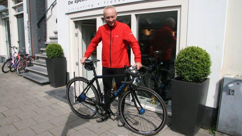 Paul poseert met een Santos Race LIte, gekocht bij De Vakantiefietser