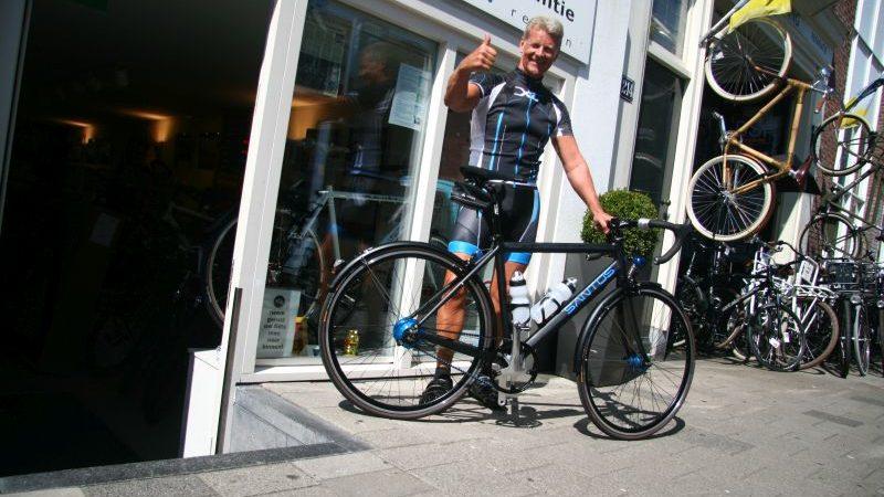 Tim poseert met een Santos Race Lite, gekocht bij de Vakantiefietser