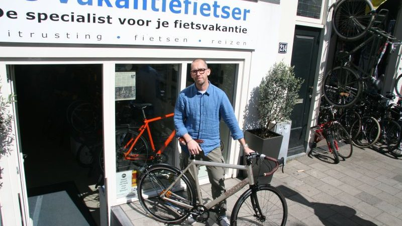 Willem poseert met een Santos Race LIte, gekocht bij De Vakantiefietser