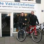 Marijcke en Dennis poseren met een Santos Travel Lite, gekocht bij De Vakantiefietser
