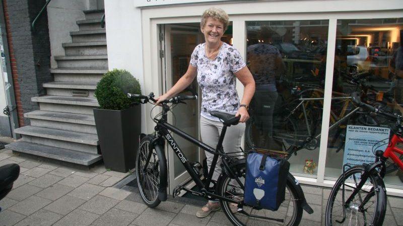 Anja poseert met een Santos Travelmaster 2.6 aluminium, gekocht bij De Vakantiefietser