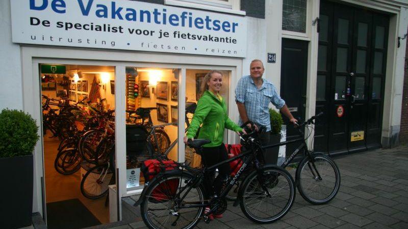 Annemarie poseert met een Santos Travelmaster 2.6 aluminium, gekocht bij De Vakantiefietser