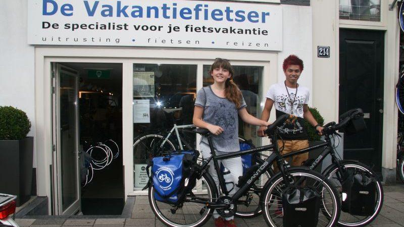 Bird en Larissa poseren met een Santos Travelmaster 2.6, gekocht bij de Vakantiefietser