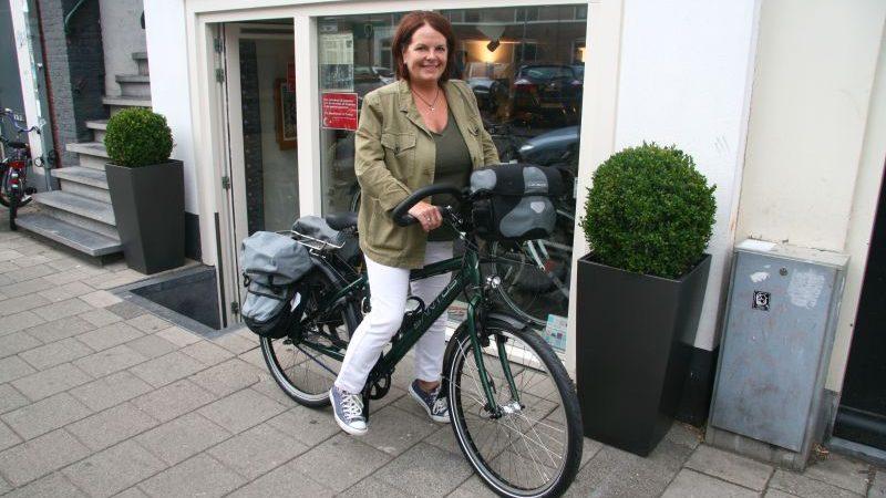 Claire poseert met een Santos Travelmaster 2.6, gekocht bij de Vakantiefietser