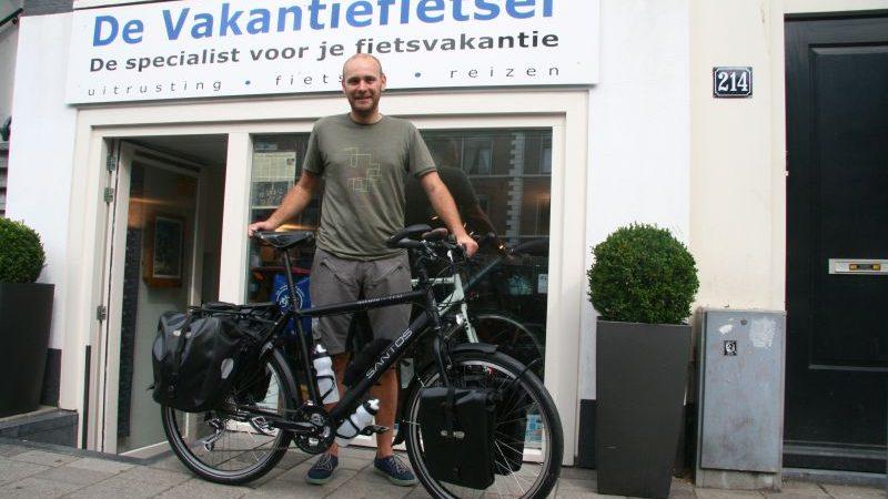 Felix poseert met een Santos Travelmaster 2.6, gekocht bij de Vakantiefietser