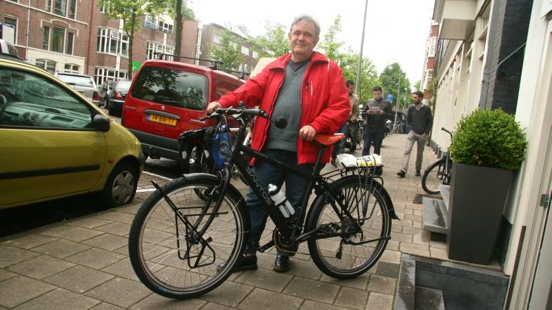 Hans poseert met een Santos Travelmaster 2.6 aluminium, gekocht bij De Vakantiefietser