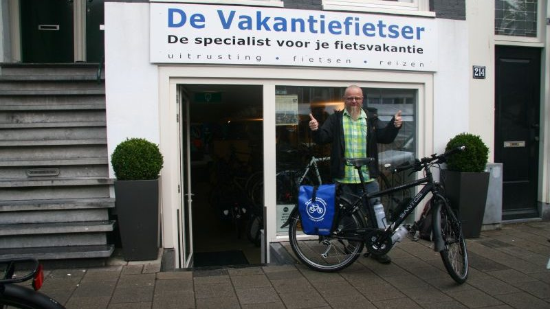 Luc poseert met een Santos Travelmaster 2.6, gekocht bij de Vakantiefietser