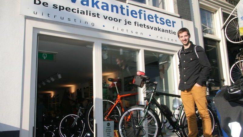 Nick poseert met een Santos Travelmaster 2.6 aluminium, gekocht bij De Vakantiefietser