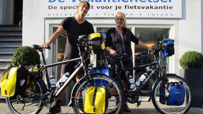 Roy en Esmay met hun stoere Santossen Travelmaster 2.6. Klaar voor hun wereldreis!