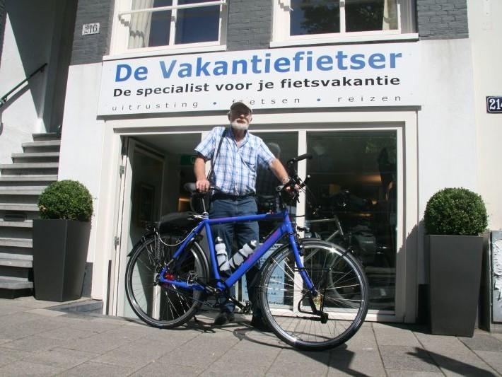 Michel poseert met een Santos Travelmaster 2.8 aluminium, gekocht bij De Vakantiefietser