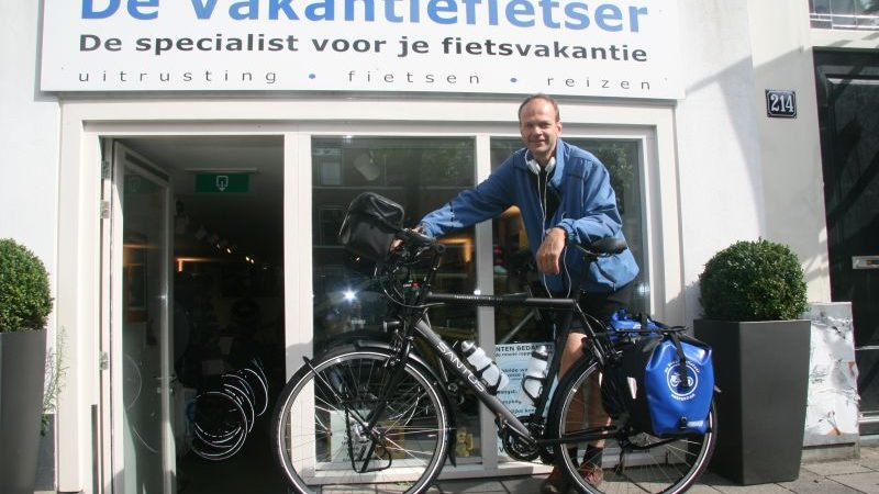 Michiel poseert met een Santos Travelmaster 2.8 aluminium, gekocht bij De Vakantiefietser