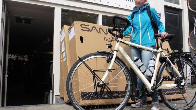 Kim poseert met een Santos Travelmaster 2.8, gekocht bij De Vakantiefietser