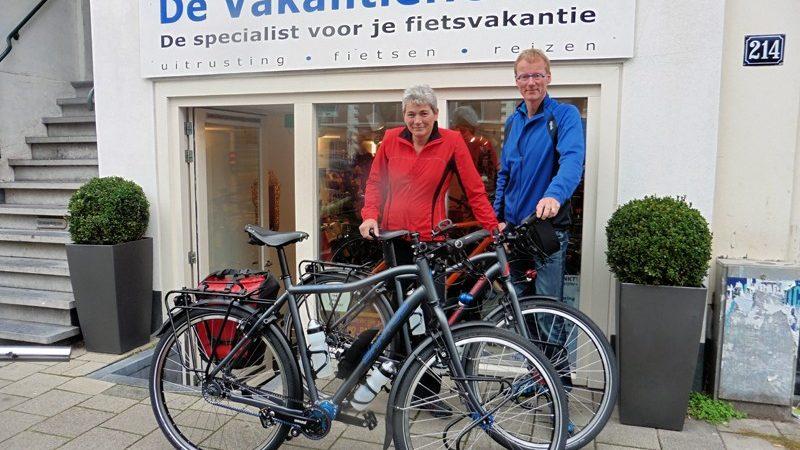Alphons en Anita poseren met Santos Travelmasters 2.9, gekocht bij de Vakantiefietser