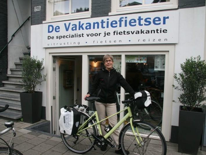 Aly poseert met een Santos Trekking Lite, gekocht bij De Vakantiefietser
