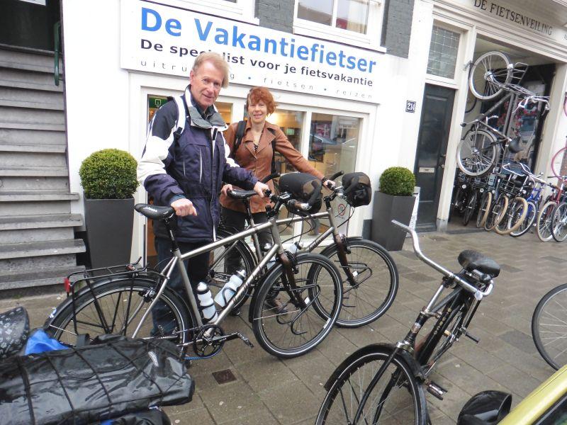 Siebe en Marineke poseren met Van Nicholas Pioneers titanium, gekocht bij De Vakantiefietser