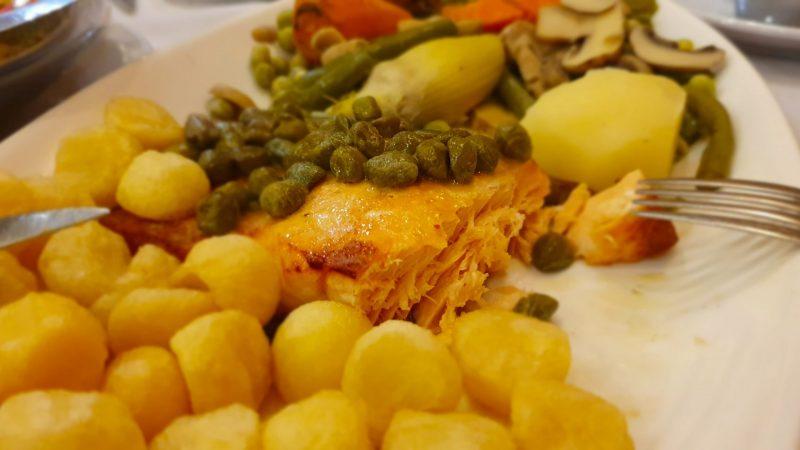 Lekker eten in Salta, Argentinie. Zalm, kappertjes, krielsjtes, groente.